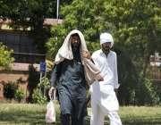 اسلام آباد: شہری گرمی اور دھوپ کی شدت سے بچنے کے لیے منہ پر کپڑا لپیٹے ..