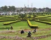 لاہور: پی ایچ اے کے اہلکار مقامی پارک میں پودوں کی دیکھ بھال میں مصروف ..