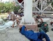 اسلام آباد: وفاقی دارالحکومت میں مزدور تھکن دور کرنے کے لیے آرام کر ..
