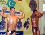چمن: آل بلوچستان باڈی بلڈنگ ٹورنا منٹ کے دوران باڈی بلڈروں کا ایک انداز۔