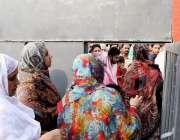 راولپنڈی: عام انتخابات 2018  کے موقع پر خواتین ووٹ کاسٹ کرنیکے بعد گیٹ ..