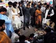 راولپنڈی: ہفتہ وار جمعہ بازار میں ایک مداری لوگوں کو متوجہ کئے غیر مستند ..