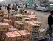 راولپنڈی: فروٹ منڈی میں دکاندار فروٹ ٹی پیٹیاں سجائے گاہکوں کے انتظار ..