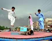 سرگودھا: بچے کھیل کود میں مصروف ہیں جبکہ آسمان پر چھائے گہرے بادل دلکش ..