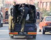 راولپنڈی: روڈ بلاک کر کے احتجاج کرنیوالے تحریک لبیک کے کارکنوں کو پولیس ..