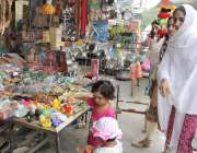 لاہور: پیر مکی روڈ سے خواتین بچوں کے لیے کھلونے خرید رہی ہیں۔