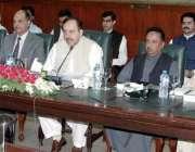 لاہور: چیف سیکرٹری پنجاب اکبر حسین درانی سول سیکرٹریٹ میں کمشنرز اور ..