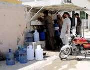 راولپنڈی: خیابان کے عاقلہ میں پینے کے پانی کی قلت کے باعث شہری ایک گھر ..