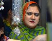 حیدر آباد: عید کی تیاریوں میں مصروف خو اتین جیولری خرید رہی ہیں۔