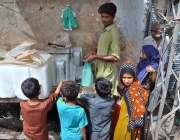 حیدر آباد: بچے سڑک کنارے لگے سٹال سے برف خرید رہے ہیں۔