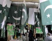 راولپنڈی:14اگست کی تیاریوں کے حوالے سے اردو بازار میں ایک دکاندار نے ..