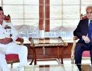 اسلام آباد: چیف آف نیول سٹاف ایڈمرل ظفر محمود عباسی اور نگران وزیراعظم ..