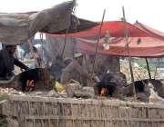 راولپنڈی: محنت کش فروخت کے لیے چنے بھون رہے ہیں۔