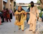 راولپنڈی: عام انتخابات 2018  کے موقع پر معمر خاتون ووٹ کاسٹ کرنے آ رہی ..