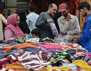 راولپنڈی: عید کی تیاریوں میں مصروف شہری مقامی مارکیٹ سے کپڑے خرید رہے ..
