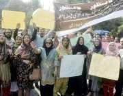 لاہور: ریڈیو پاکستان کے ملازمین پریس کلب کے باہر احتجاج کر رہے ہیں۔