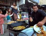 اسلام آباد: دکاندار گاہکوں کو متوجہ کرنے کے لیے پکوڑے، سموسے فرائی ..
