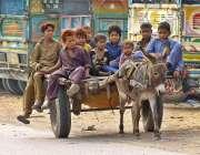 ملتان: خانہ بدوش بچے گدھا ریڑھی پر سفر کر رہے ہیں۔