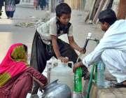 ملتان: خانہ بدوش شخص اپنی فیملی کے ہمراہ پینے کے لیے صاف پانی بھر رہا ..