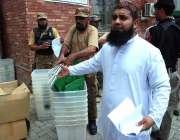 پشاور: پاک فوج کی نگرانی میں پولنگ کا سامان لیجایا جا رہا ہے۔