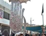 ملتان: نویں محرم الحرام کے مرکزی جلوس میں شریک عزادار علم کو بوسہ دے ..
