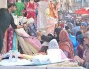 لاہور: اندرون شہر میں خواتین عید الفطر کی مناسبت سے خریداری کر رہی ہیں۔