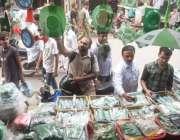 لاہور: نوجوان یوم آزادی کے حوالے سے اردو بازار میں خریداری کر رہے ہیں۔