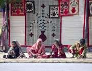 حیدر آباد: مزدور خواتین روایتی انداز سے چکیں بنا رہی ہیں۔