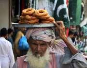 پشاور: معمر شخص اپنا اور اپنے خاندان کا پیٹ پالنے کے لیے پھیری لگا کر ..