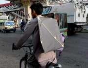 راولپنڈی: پابندی کے باوجود ایک کمسن سائیکل سوار پتنگ اٹھائے جار ہا ..