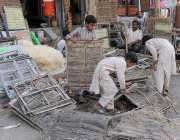 لاہور: محنت کش اپنی ورکشاپ پر روم کولر تیار کرنے میں مصروف ہیں۔