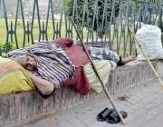 لاہور: ایک بے آسرا معمر خاتون ریلوے اسٹیشن کے سامنے واقع پارک کے باہر ..