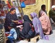سیالکوٹ: خواتین سڑک کنارے لگے سٹال سے چوڑیاں خرید رہی ہیں۔