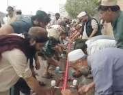 رائے ونڈ: تبلیغی اجتماع کے شرکاء نماز کی ادائیگی سے قبل وضو کر رہے ہیں۔