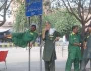 لاہور: قلی ریلوے اسٹیشن کے باہر مسافروں کے انتظار میں کھڑے ہیں۔