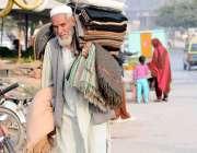 اسلام آباد: معمر شخص چک شہزاد روڈ پر گھوم پھر کر گرم چادریں فروخت کررہا ..