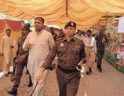 چنیوٹ: ڈی پی او رانا طاہر رحمان خان رمصان بازار کا دورہ کر رہے ہیں۔