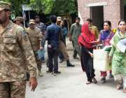 لاہور: عام انتخابات کا سامان پاک فوج کی نگرانی میں لیجایا جار ہا ہے۔