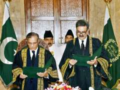 ISLAMABAD: Honourable Chief Justice of Pakistan Mr. Justice Mian Saqib Nisar administering the oath of office to Honourable Justice Yahya Afridi, Chief Justice Peshawar High Court, as Judge, Supreme Court of Pakistan at Supreme Court.
