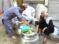 PESHAWAR: Volunteers prepare drinks as a Sabeel on the route of Muharram Procession.