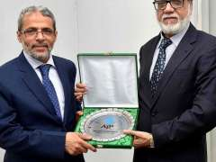 ISLAMABAD: MD APP Masood Malik presenting a shield to Yemeni Ambassador Mohammed Motahar Alashabi during his visit to APP Headquarters.