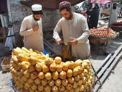 PESHAWAR: Vendors displaying fruits to attract the customers near Ferdoos Chowk.