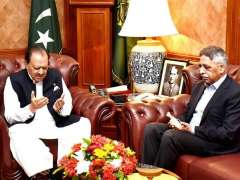 KARACHI: President Mamnoon Hussain offering Fateha while consoling Governor Sindh Mohammad Zubair on the sad demise of his brother Tariq Umar at Governor House.