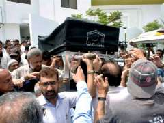KARACHI: People carrying coffin of legendary writer Mushtaq Ahmed Yousufi after funeral prayer at Sultan Masjid DHA.