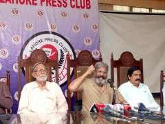 LAHORE: All Pakistan Chemist Retailers Association markazi Chairman Ishaq Mayo addressing a press conference at LPC.