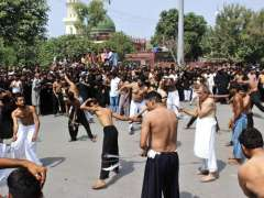LAHORE: Mourners oozing themselves during procession at Qasar-a-Batool Shadman on 9th Muhrramul Harram.
