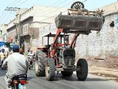 MULTAN: TMA staffer busy in removing encroachment during an operation at 14 number Chungi.