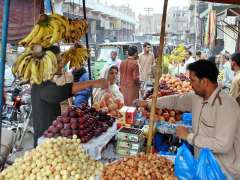 MULTAN: People busy in purchasing different fruits from vendors at Delhi Gate.