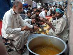 MULTAN: Volunteers distributing free food on the occasion of 7th Muharram ul Haram at Haram Gate.