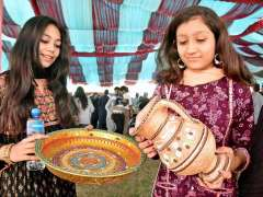 LARKANA: Students visiting different items displayed on stalls during Food Festival-2018 at SZABIST Intermediate College.